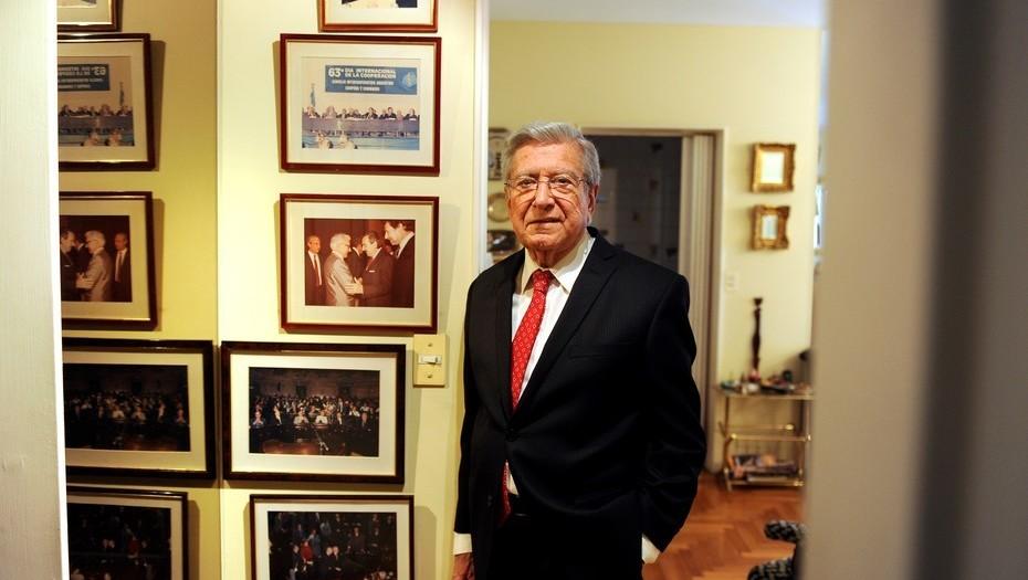 Héctor Polino, en su departamento en la Ciudad de Buenos Aires. Foto Maxi Failla