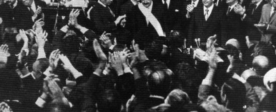 HOY SE CUMPLEN 35 AÑOS DE LA ASUNCIÓN DEL GOBIERNO DEL DOCTOR RAÚL ALFONSIN La foto registra el momento en que el Presidente Alfonsín ejecutará el primer acto de gobierno: […]